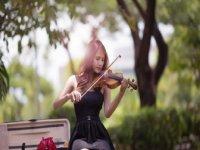 拉小提琴的女孩ppt背景图片