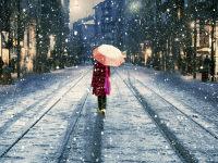 打着伞雪中漫步的美女浪漫ppt背景图片