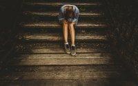 坐在台阶上寂寞无助的美女图片